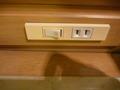 ベッドサイドの照明スイッチとコンセント穴