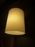 サイド照明は暗め