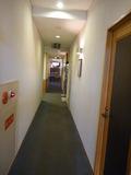 1階裏口からフロントの方に行こうとすると監視カメラが睨んでいます。