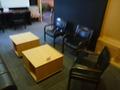 ロビーの椅子とテーブル