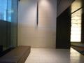 エレベーターホール前のベンチ(1階)