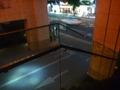 ホテル1階と2階をつなぐ外階段の壁は透明アクリル板