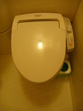 シャワートイレの下に小さなゴミ箱