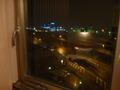 部屋の窓の外の夜景