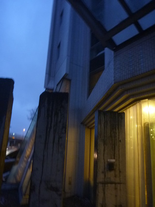 早朝のホテル外観