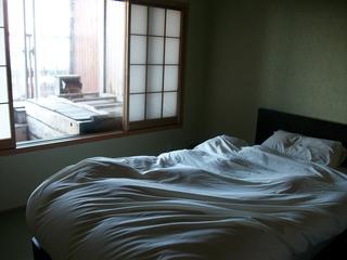 寝室からお風呂を望む