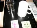 コップと備え付けのお茶
