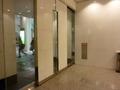 1階出入口のガラスと白の基調のドアー
