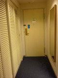 スーペリアツインならではの、長い廊下と大きな洋服ダンス