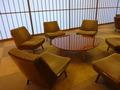 別館ロビーの椅子と丸テーブル