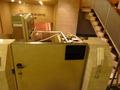 地下一階から一階へ 階段には車いす昇降機と係員を呼ぶ電話器あり