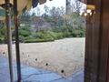 テラスレストランから眺める芝生の庭