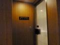 男性化粧室のトイレの扉は半透明ガラスでした
