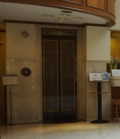 エレベーターはフロント隣です