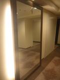 エレベーターホールの前には大きな鏡