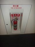 廊下の途中に複数個の消火器あり