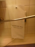 トイレ便座の横にサニタリーバッグ