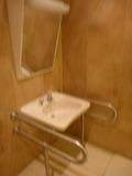3階身障者用トイレの洗面と鏡