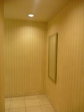 共用トイレと廊下の間には大きな姿見鏡あり
