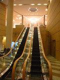 1階エントランスホールから2階フロント階に上がるエスカレーター