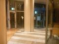 ホテル内から出入口を眺める