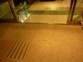 点字ブロック(1階入口自動ドア)