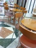1階の奥にはたくさん、テーブルとイスが並んでいました