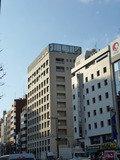 四ツ谷駅方面から見たホテル(正面のベージュの建物)