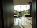 1階エレベーターホールから見た、ロビーの風景