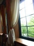 イタリアンレストランの窓辺のレースのカーテン