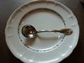 イタリアンレストランのスープ受け皿とスープスプーン