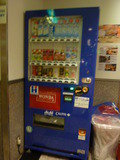 お水、お茶、ジュースの自動販売機です。(本館1階)