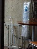 1階カフェ入口の傘たてと傘袋