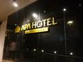 高級感のある、ホテル入口のロゴ