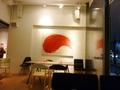 赤と白の絵画と店内の雰囲気 (1階ホテル内レストラン)