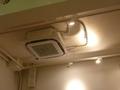配線むき出しにした、スタイリッシュな天井空調