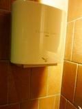 トイレ個室内に1台ある、ハンドドライヤー