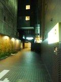 裏口から見たホテル風景と駐車場入口