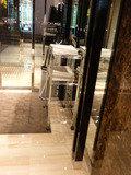 エレベーターホールからみたホテル出口