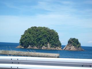 宿から10㎞ 車で23分程度 関電 魚っ知館~越浜の鈴島