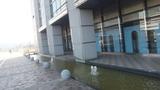 建物の横の噴水