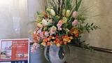 大きな花が飾られています