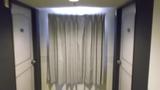 廊下の窓にも大きなカーテン