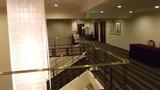 2Fから1Fへ降りる階段と照明