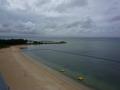 客室から沖縄のマリンブルーの海を眺めて