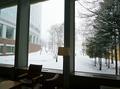 ロビーの大きな窓から雪景色を見ながらいただくコーヒー
