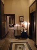 レストラン入り口とホテル階へのエレベーター