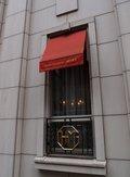 白壁のホテルとクラシックな窓