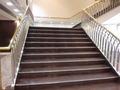 地下道からホテルへ入ってすぐの階段