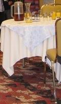 宴会場のテーブルとイスとドリンク